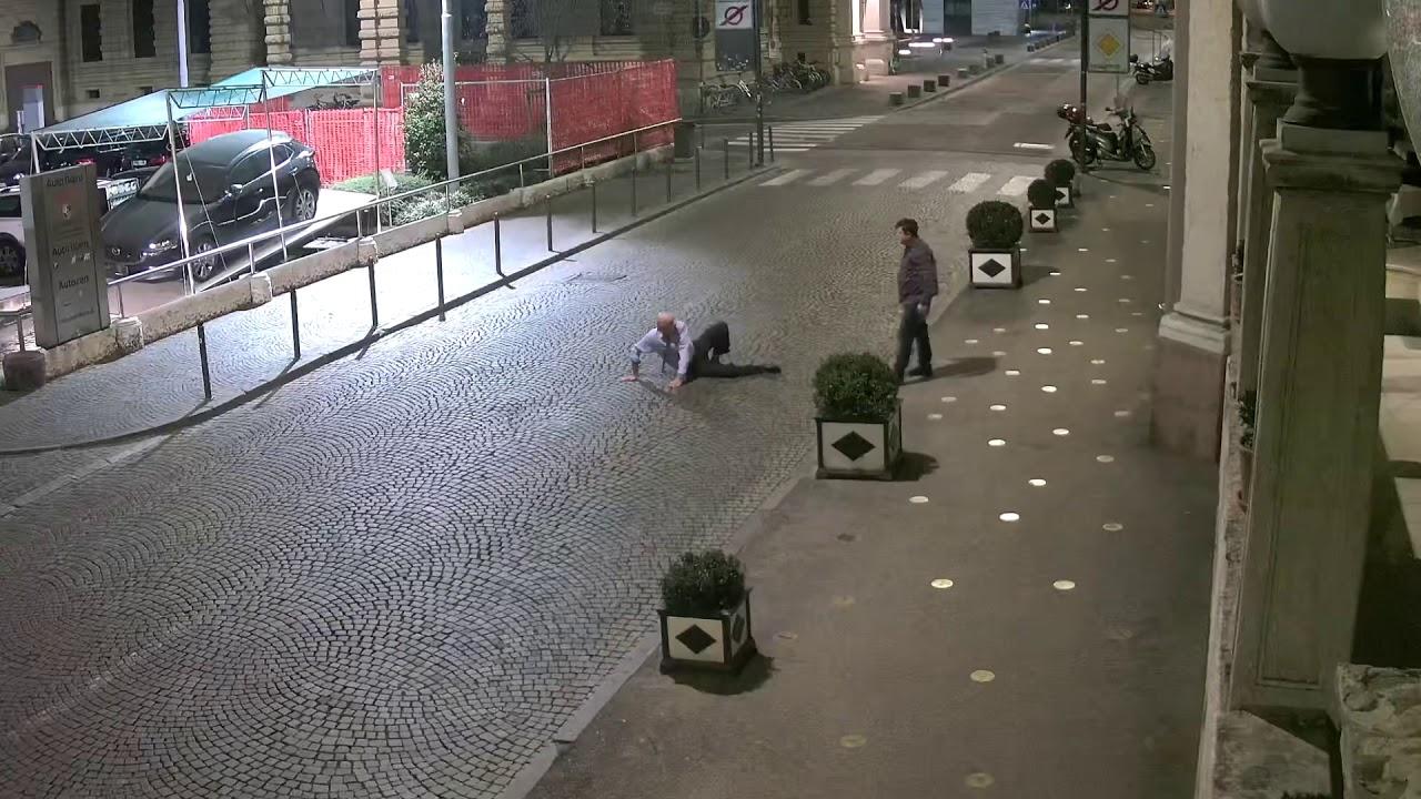 Download Picchiato davanti all'hotel