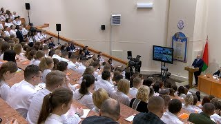 Лукашенко назвал преждевременным введение лицензирования врачей