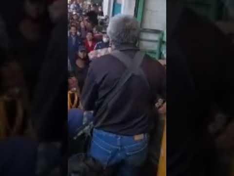 Lady Cinturonazos  durante pelea entre comerciantes de la  Central de Abasto en Toluca