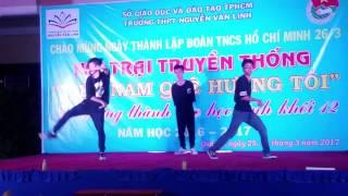 Biểu diễn Côn nhị khúc - Côn đèn phát sáng trong Lễ trưởng thành của trường THPT Nguyễn Văn Linh