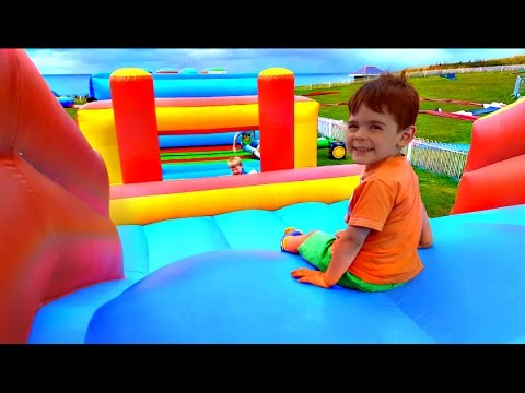 Kids Playing on Giant Bouncy Castle /Yankee Doodle Song/Funny Videos For Children