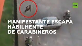 Manifestante escapa de varios carabineros que le persiguen en moto en Chile