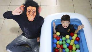 Brincando e Aprendendo as Cores na piscina de bolinhas com Personagens Engraçados