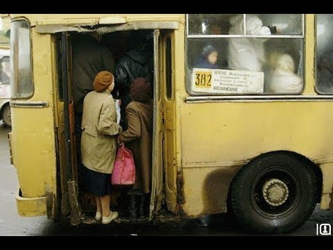 Молодой водитель автобуса