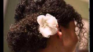 Hochsteckfrisur für natürliche Haar mit einer Blume
