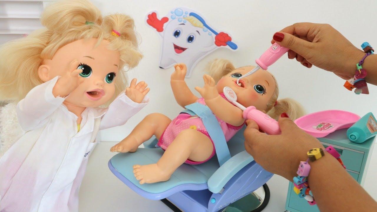 Sara e Mamãe atendendo Duda, Juquinha e Alicinha no seu consultorio de Dentista!!! Totoykids