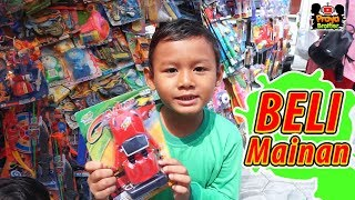 Beli mainan di paman penjual mainan