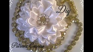 Flor de fita com strass e pérola