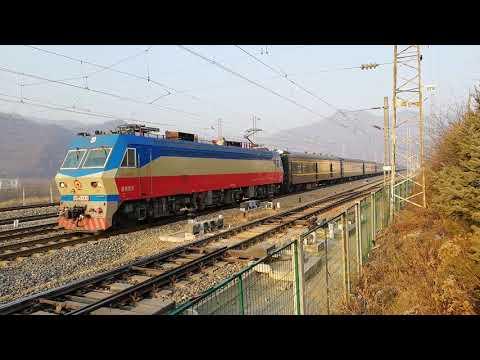 China Railway Baocheng Line Qinling station Train 1364 Beijing - Chengdu 宝成线宝成铁路韶山7D秦岭站牵引1364次 北京-成都