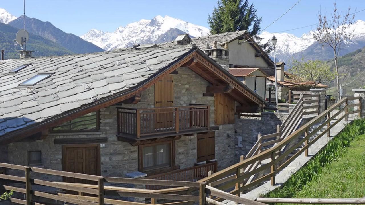 Saint pierre caratteristica baita in pietra legno for Baita di legno