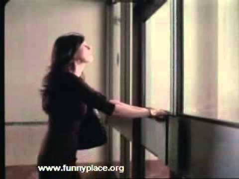 Femme qui ouvre une porte youtube for Porte qui s ouvre