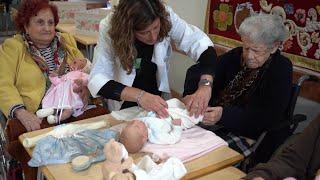 Residentes de San Juan de Dios realizan terapia con bebés hiperrrealistas