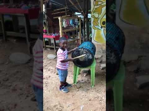 Togo: un enfant Americain de deux ans joue au tam-tam