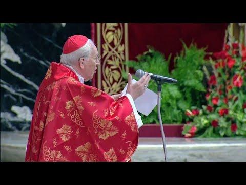 saludo-del-cardenal-giovanni-battista-re,-decano-del-colegio-cardenalicio-al-papa-francisco