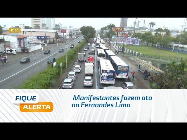 Manifestantes fazem ato na Fernandes Lima contra cortes na educação