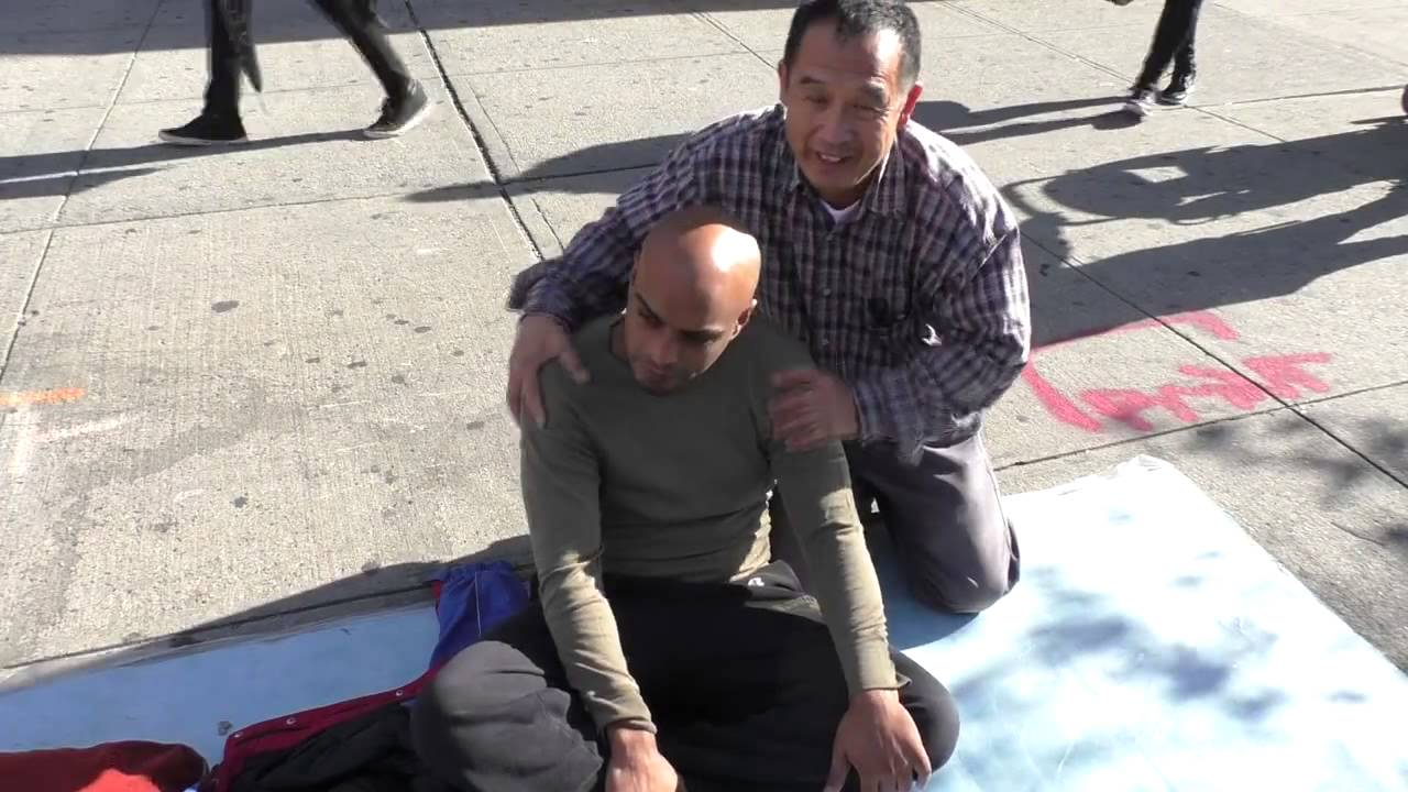 1185 Luo dong spiritual massage on street 路邊按摩 - YouTube
