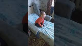 Юный фанат сериала Сваты, поет вместе с ними )