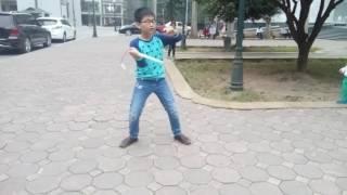 Cậu bé đánh côn nhị khúc siêu hay tại khuôn viên ĐH Bách Khoa