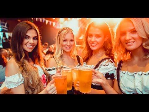 """Temperaturas::  """"hoy más que ayer pero menos que mañana"""". Por supuesto sol a granel y cielos despejados. Cuidado con el sol que últimamente tiene mala UVa y con el riesgo real de incendios forestales. Este año, por culpa de la pandemia, no se podrá celebrar pero debemos saber que en Munich se celebra uno de los festivales más importantes de la cerveza del mundo.  El alcalde abre a las doce en punto el primer barril de cerveza en la carpa Schottenhammel. De esta forma se inaugura la """"Oktoberfest al grito de """"O 'zapft is!"""", """"Ya está abierto"""". desde el castillo se disparan doce salvas de cañón es la señal para que se pueda empezar a abrir los barriles de todas  las demás carpas. Desde 1950 empezó a celebrarse anualmente, convirtiéndose en uno de los acontecimientos más importantes y uno de los mayores desfiles de este tipo en todo el mundo. 8.000 participantes se visten con los trajes de fiesta históricos y desfilan hasta el recinto donde tiene lugar el festival. En este desfile, participan las autoridades municipales y del land de Baviera, las charangas, bandas musicales, los abanderados y aproximadamente cuarenta carruajes de caballos lujosamente adornados. Vamos a disfrutar de la canción del festival."""
