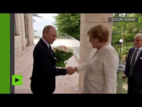 Dites-le avec des fleurs : Poutine accueille Merkel à Sotchi avec un bouquet de roses