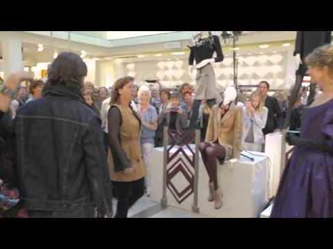 Flashmob het Muziektheater & de Nederlandse Opera in de Bijenkorf Amsterdam