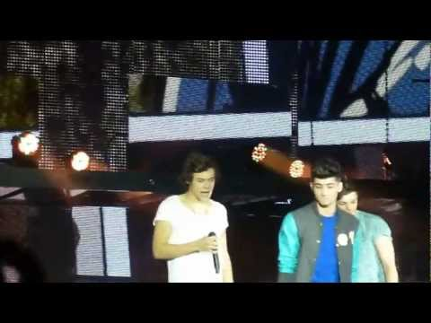 One Direction - Teenage Dirtbag (Louis forgets lyrics!) Cardiff 02.02.2013