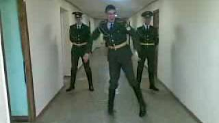 Супер тектоник в армии!!(Music: Chuckie - let the bass kick Курсанты тоже любят тектоник! (Tecktonik military dance), 2009-04-23T03:49:27.000Z)