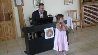 Das Enkelkind singt für Omas 70. Geburtstag