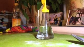 Уксусная кислота и пищевая сода наполняют газом шар.