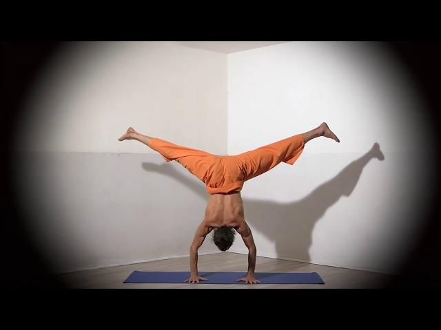 Posture de Yoga : Adho Mukha Vrikshasana 1 / Posture en équilibre sur les mains version 1