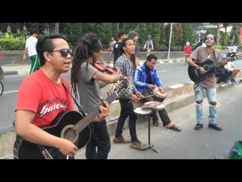 Lembayung senja cover by pengamen jalanan populer Jakarta