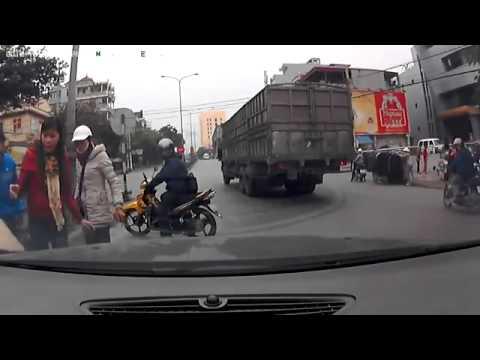 Nhí nhảnh lao qua đường gặp tai nạn