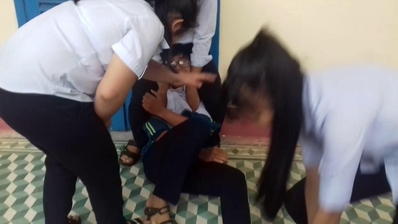 Nữ sinh đánh hội đồng, lột đồ nam sinh gây chấn động - H1 Class