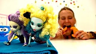 Видео для девочек. Монстр Хай: занимайся спортом для красивой фигуры!(Новое видео с куклами Монстр Хай. Лагуна решила сесть на диету, чтобы сберечь фигуру. Но так ли это необходим..., 2016-06-28T17:04:07.000Z)