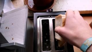 Wie man zwei Toasts in einen Toaster steckt