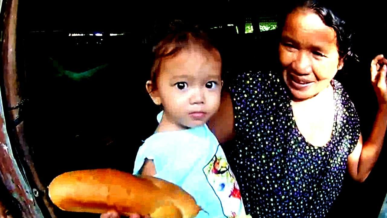 Trao bánh mì của cô Thúy Phượng tặng cho bà con xóm nghèo ở Châu Lăng - Tri Tôn, An Giang 27/07/2021