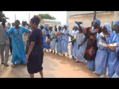 Les pas de danse de Michaëlle Jean secrétaire générale de l'OIF,  devant les batteurs de tams-tams