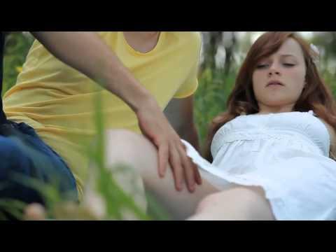 Как мужчина ласкает грудь женщине