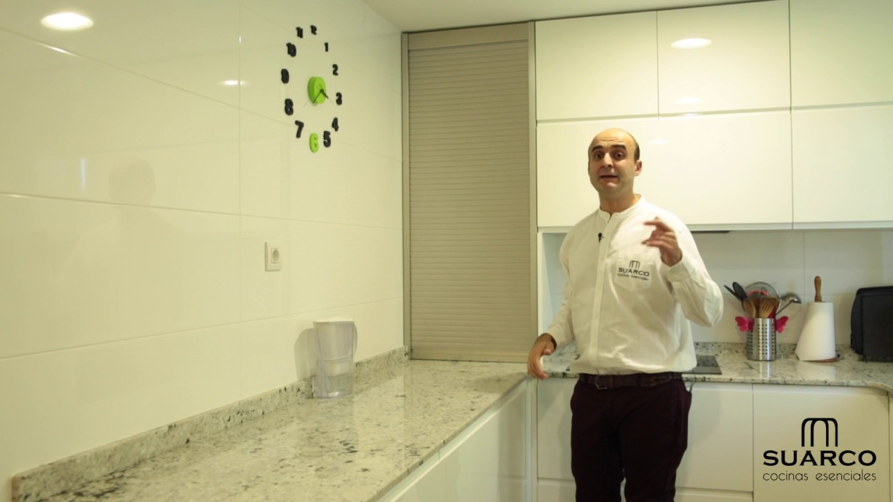 Video de cocinas modernas blancas en forma de u sin for Muebles de cocina suarco