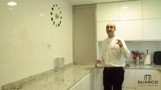 Video-de-cocinas-modernas-blancas-en-forma-de-U-sin-tiradores-y-encimera-de-granito-warwick