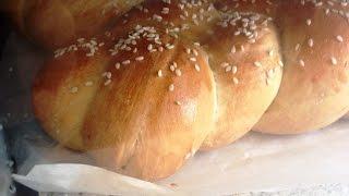 Миксер с чашей готовит тесто для еврейского хлеба - халу. Рецепт еврейского хлеба и миксер с чашей.
