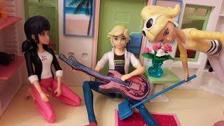 Задания от подписчиков: Адриан поет и играет на гитаре, Хлоя убирает дом