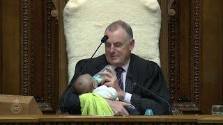 Durante il dibattito, il presidente della Camera neozelandese allatta il figlio di un parlamentare