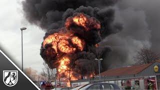 Lagerhalle in der Moerser Innenstadt brennt in voller Ausdehnung