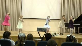 Танец в школе на День Матери
