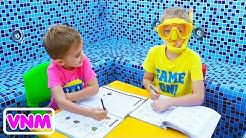 Nhà chơi Vlad và Nikita trong hồ bơi