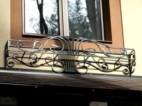 Красивая кованая настенная подставка для ящика с цветами под окном на улице ,цветочница