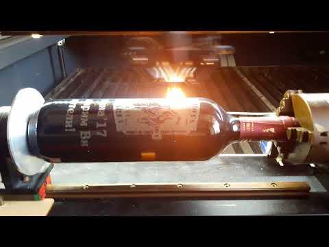 Лазерно гравиране на надпис върху бутилка за вино