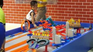 Video Xe hot wheels - bé chơi xe kids toys download MP3, 3GP, MP4, WEBM, AVI, FLV April 2018