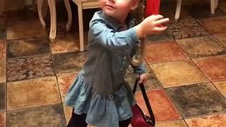 Гарри Галкин поет песню для мамы, а Лиза красуется с веером и сумочкой